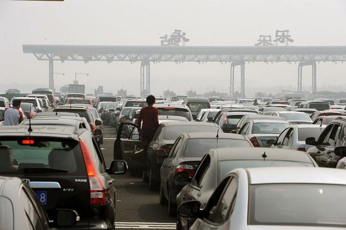 Массивная пробка на пункте взимания платы за проезд по скоростному шоссе на окраине Пекина, 2 октября 2010 года. Фото: STR/AFP/Getty Images   Epoch Times Россия