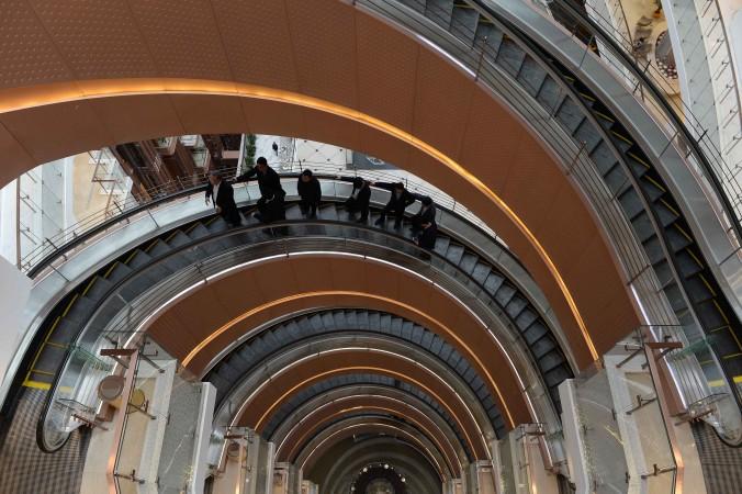Спиральный лифт в торговом центре в Шанхае 17 марта 2015 г. фото: STR/AFP/Getty Images | Epoch Times Россия