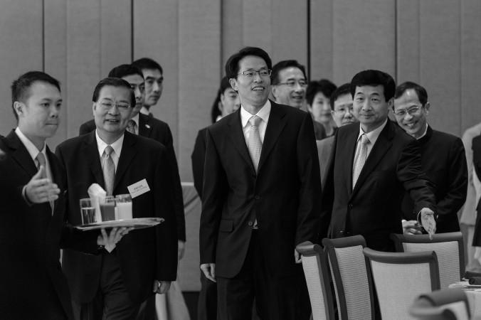 Чжан Сяомин (в центре), директор Бюро по связям Китая в Гонконге, на обеде с членами Законодательного совета Гонконге и Пекинскими высшими должностными лицами в Гонконге. 16 июля 2013 г. Фото: Philippe Lopez/AFP/Getty Images | Epoch Times Россия