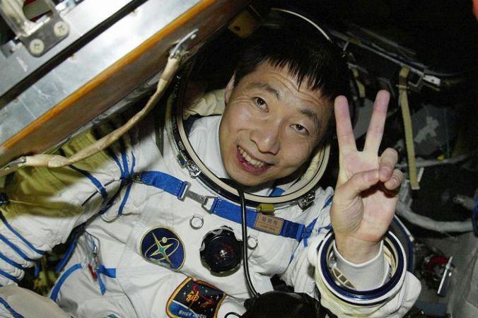 Первый китайский космонавт Ян Ливэй. Фото: AFP/AFP/Getty Images   Epoch Times Россия