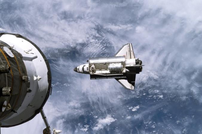 Шаттл «Дискавери» приближается к Международной космической станции. Фото: NASA via Getty Images | Epoch Times Россия