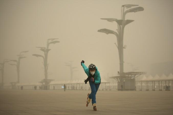 Женщина в маске катается на роликовых коньках в Олимпийском парке во время сильного смога в Пекине, Китай, 1 декабря 2015 года. Фото: Li Feng/Getty Images   Epoch Times Россия