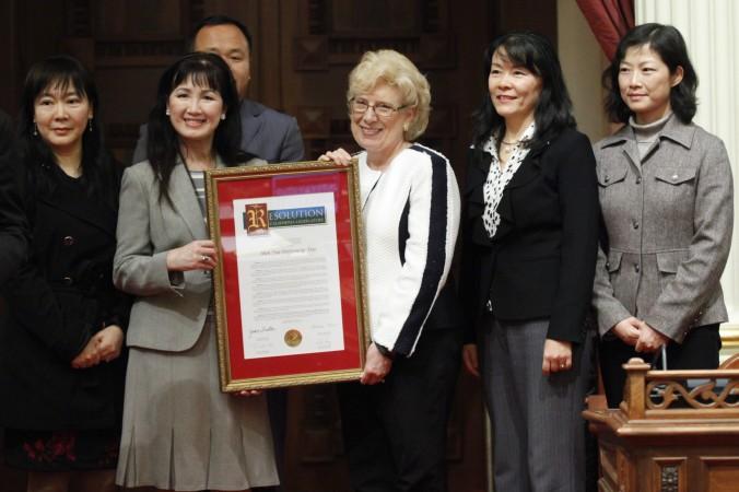 Сенатор Калифорнии Жан Фуллер (в центре) держит резолюцию Сената в честь Shen Yun Performing Arts. 9 января, Сенат штата Калифорния. Фото: Lorie Shelley | Epoch Times Россия