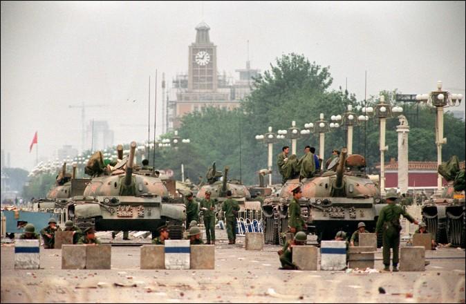 Танки НОАК на бульваре Чаньань, ведущем к площади Тяньаньмэнь, 6 июня 1989 г. Фото: Manuel Ceneta/AFP/Getty Images | Epoch Times Россия