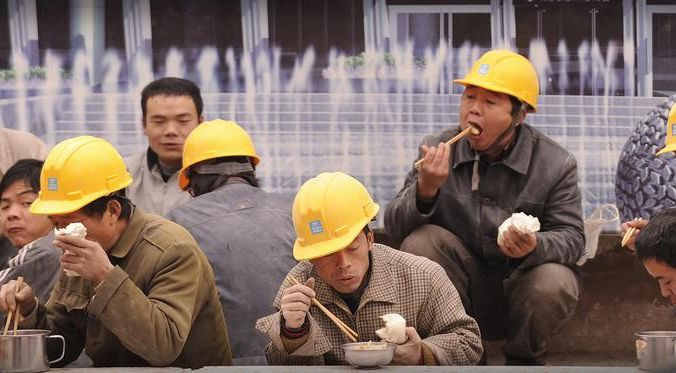 Китайские строители. Фото: PETER PARKS/AFP/Getty Images | Epoch Times Россия