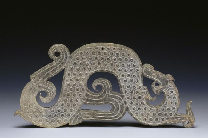Нефритовая подвеска в форме дракона периода Борющихся царств (475-221 гг. до н.э). Фото предоставлено музеем Guimet, Франция   Epoch Times Россия