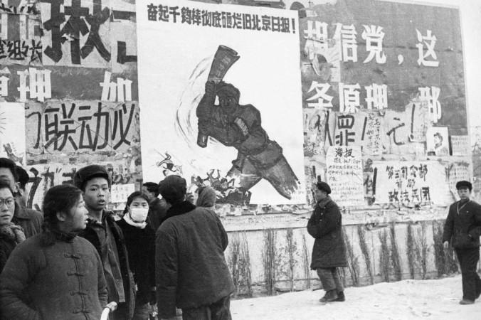 Группа китайской молодёжи проходит мимо нескольких дазибао, революционных плакатов, в центре Пекина во время «Великой пролетарской культурной революции». Февраль 1967 года. Фото: JEAN VINCENT/AFP/Getty Images   Epoch Times Россия