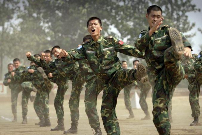 Китайские военные. Фото:  PETER PARKS/AFP/Getty Images   Epoch Times Россия