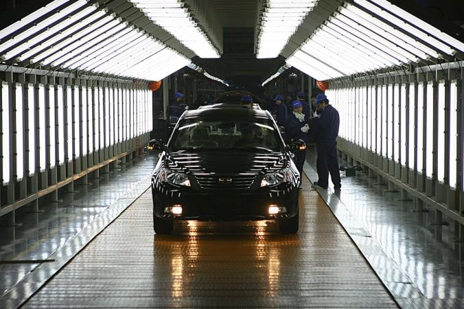 Завод Geely Automotive в Нинбо провинции Чжэцзян. Шведский автопроизводитель Volvo и китайская компания Geely производят обе марки на одной производственной линии. Этот шаг призван помочь Geely получить больше европейских ноу-хау. Фото: STR/AFP/Getty Images   Epoch Times Россия