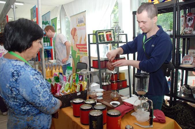 Угощение посетителей фестиваля настоящим китайским чаем. Фото: Юлия Цигун/Великая Эпоха   Epoch Times Россия