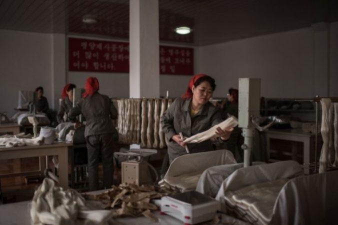 Цех по обработке шёлка на заводе «Ким Чен Сук» в Пхеньяне, Северная Корея, 21 февраля 2017 года. Фото: Ed Jones/AFP/Getty Images   Epoch Times Россия