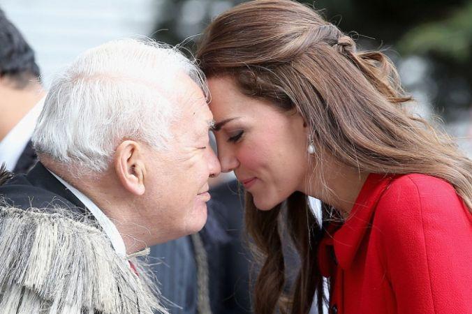 Герцогиня  Кэтрин проводит традиционное приветствие маори