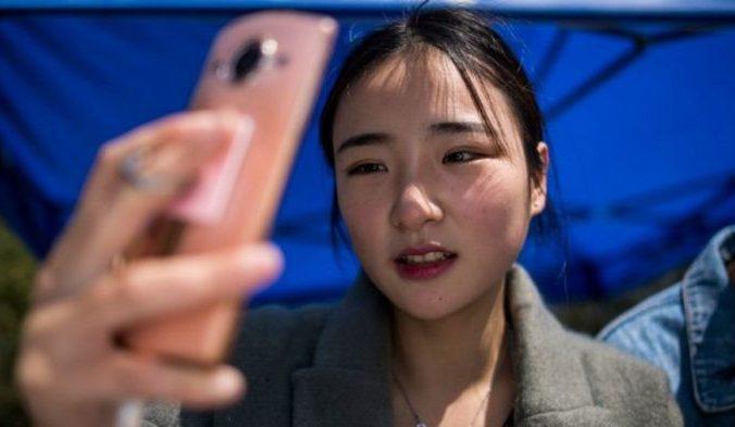 Менна Цзянь, одна из многих, надеющихся стать знаменитыми. Фото: JOHANNES EISELE/AFP/Getty Images | Epoch Times Россия