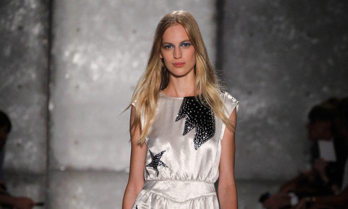 Модель идет по подиуму на показе мод Marc By Marc Jacobs во время Недели моды в Нью-Йорке, 10 сентября