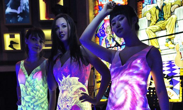 Платья Тан Дунбая, окрашенные ультрафиолетом. (Великая Эпоха)   Epoch Times Россия