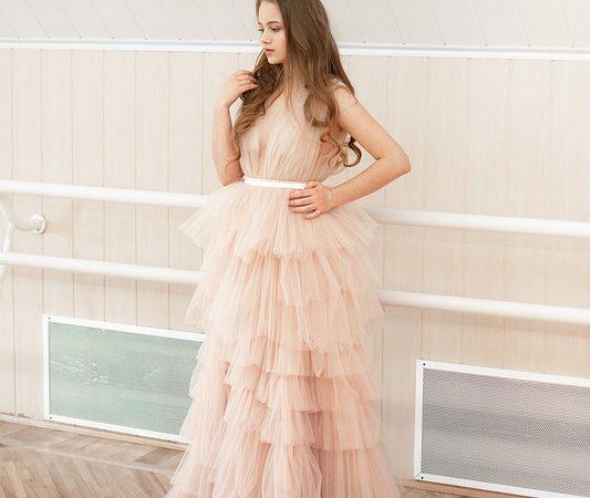 женщина платье