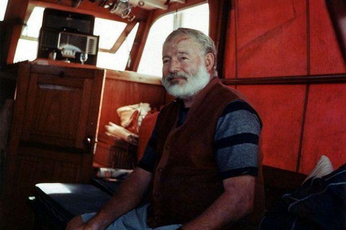 Американский писатель Эрнест Хемингуэй на борту своей яхты, 1950 год. Фото: bar.wikipedia.org/Рublic Domain   Epoch Times Россия