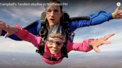 Бабушка отметила 94-й день рождения прыжком с парашюта (видео)
