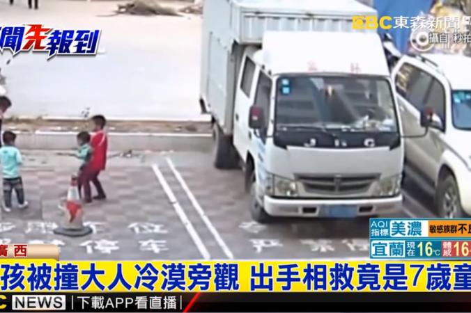 1 4 676x450 1 - Таксист сбил ребёнка и уехал. Мальчик лежал на дороге, а прохожие проходили мимо. На помощь пришёл 7-летний школьник