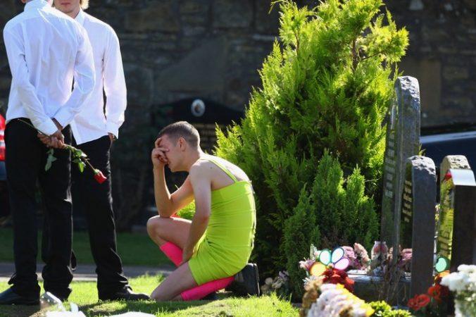 07ead700167e378598cc63ab1326d125 676x450 1 - На похороны друга парень пришёл в ярком женском платье. Однако никто над ним не смеялся