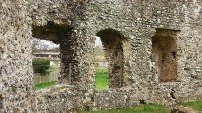 Таинственная фигура проявилась на снимках средневекового замка. Призрак?