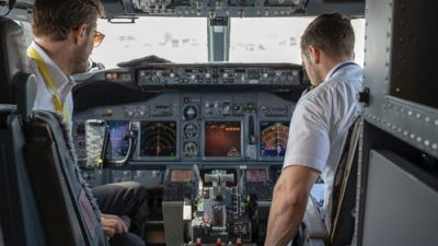 Стюардессы раздали прощальное письмо капитана. Сердца пассажиров дрогнули