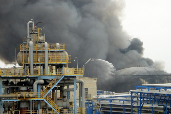Пожарники тушат пожар на заводе по переработке нефти в Даляни 29 августа 2011 г. Фото: STR/AFP/Getty Images | Epoch Times Россия