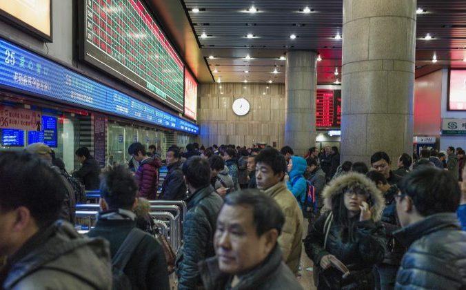 Китайские туристы стоят в очереди за билетом на вокзале Пекина, чтобы попасть домой на празднование китайского Нового года. 4 февраля 2015 года. Фото: Fred Dufour/AFP/Getty Images   Epoch Times Россия