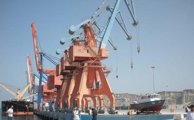Рабочие проходят через порт Гвадар в Пакистане, многомиллиардный инфраструктурный объект, являющийся частью проекта «один пояс — один путь», в который инвестировал Китай. Фото / Amelie Herenstein/AFP/Getty Images   Epoch Times Россия