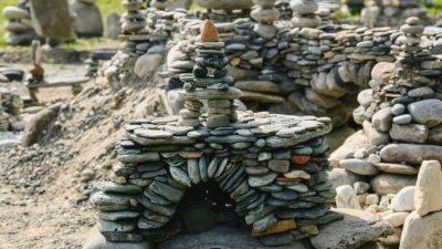 Художник выстраивает камни и листья в завораживающие фигуры. Он волшебник, посмотрите!