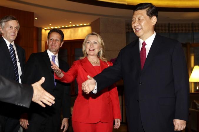 Китайский лидер Си Цзиньпин встретился с Хиллари Клинтон, Тимоти Гайтнером и другими американскими представителями в отеле «Дяоюйтай» в Пекине 3 мая 2012 года. Фото: Jason Lee/AFP/GettyImages   Epoch Times Россия