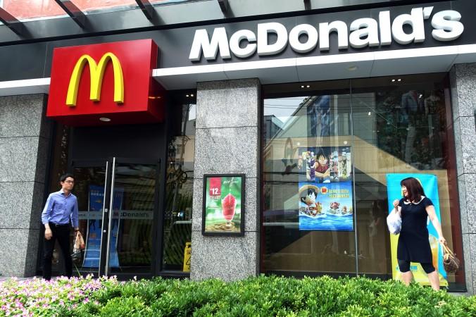 Ресторан  «Макдональдс» в Шанхае, 28 июля 2014 года. «Макдональдс» завершает продажу прав на управление своими китайскими ресторанами. Фото: Johannes Eisele/AFP/Getty Images   Epoch Times Россия