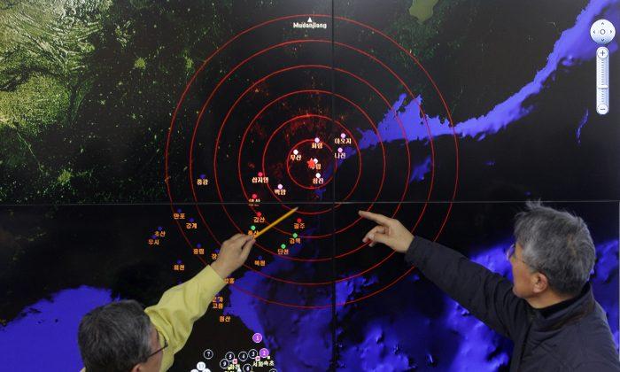 Метеорологи Северной Кореи в Сеуле, Южная Корея, проверяют экран, на котором показаны сейсмические волны 6 января 2016 года в результате недавнего испытания ядерного оружия Северной Кореей. Тест показывает, что китайскому режиму труднее контролировать Северную Корею. (Чунг Сун-джун / Getty Images) | Epoch Times Россия