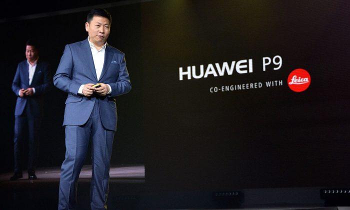 Ричард Ю, генеральный директор китайской телекоммуникационной компании Huawei, присутствует на презентации своего смартфона P9. Телефон копирует несколько ключевых элементов дизайна с Apple iPhone. (Энтони Харви / Getty Images для Huawei) | Epoch Times Россия