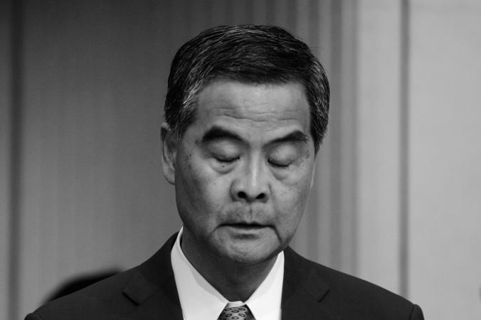 Глава Гонконга Лян Чжэньин на пресс-конференции в Гонконге 20 июня 2016 года. Фото: Anthony Wallace/AFP/Getty Images) | Epoch Times Россия