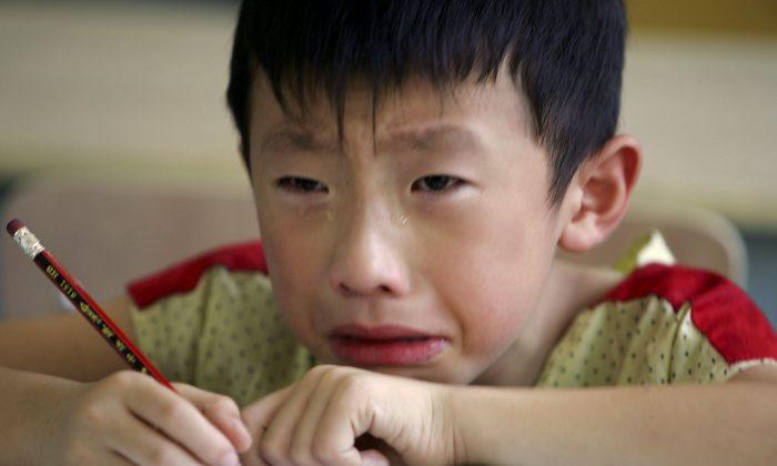 Мальчик плачет во время занятий в Учебном центре Вест-Пойнт в Чжэцзяне 2 августа 2006 года. «Мама-тигр» из Китая заставляет своего сына заниматься по 16 часов каждый день. (Канкан Чу / Getty Images)   Epoch Times Россия