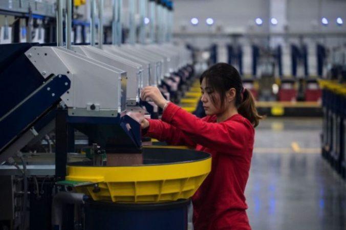 Китайские рабочие. Фото: JOHANNES EISELE/AFP/ Getty Images) | Epoch Times Россия