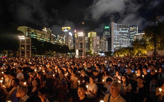 Акция со свечами в память о событиях 4 июня 1989 года. Гонконг. 4 июня, 2018. Фото: Anthony Wallace/AFP | Epoch Times Россия