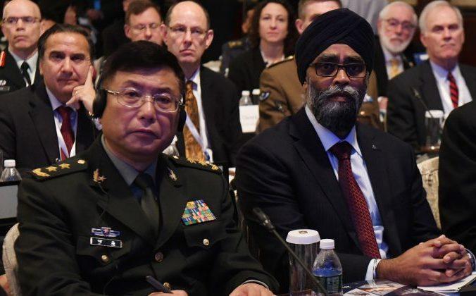 Генерал-лейтенант Хэ Лэй (слева) – вице-президент Академии военных наук народно-освободительной армии Китая, и министр национальной обороны Канады Харджит Саджан на первом пленарном заседании 17-го Азиатского саммита по безопасности IISS ShangriLa Dialogue в Сингапуре. 2 июня 2018 года. Фото:  Roslan Rahman/AFP/Getty Images   Epoch Times Россия