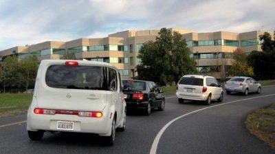 Водителю пришлось ехать за медленно едущим автомобилем. Но записка на его заднем стекле всё объяснила