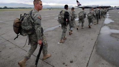 Пассажир самолёта угостил обедом солдат, летевших на службу. Его поступок поддержали экипаж и другие пассажиры