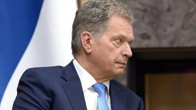 Президент Финляндии пришёл послушать выступление супруги, но все стулья были заняты. Тогда он сел на ступеньках!