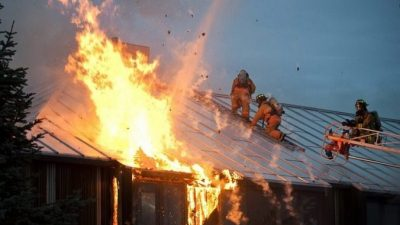 Папа-одиночка трижды бросался в горящий дом, чтобы спасти пострадавших. А дома ждал 4-летний сын