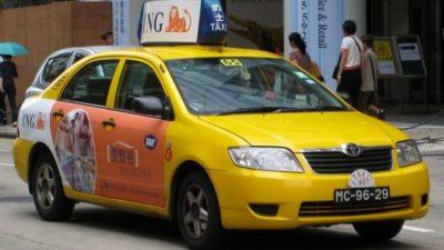 В Пекине водитель такси регулярно брал на работу больную жену. И это его прославило!
