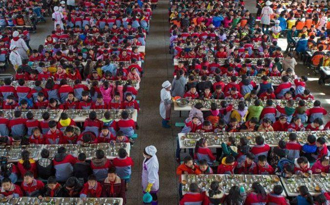 Школьная столовая в городе Ухане, Китай. Фото: STR / AFP / Getty Images   Epoch Times Россия