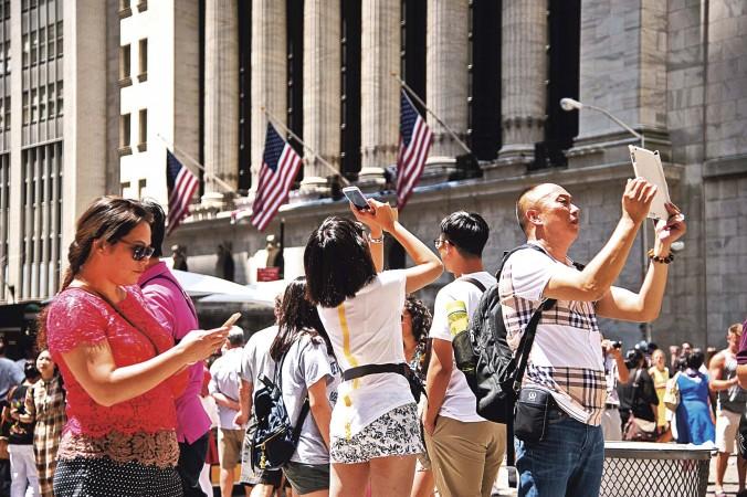 Китайские туристы на Уолл-стрит в Нью-Йорке. Фото: Larry Dye/Epoch Times   Epoch Times Россия