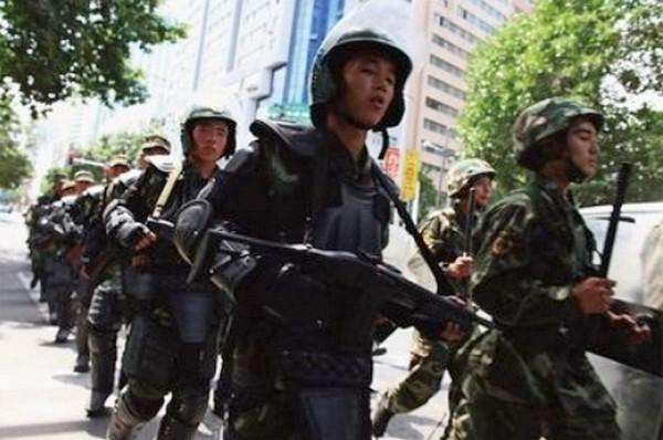Власти Китая увеличивают вооружённые полицейские патрули в городах. Фото: Getty Images | Epoch Times Россия