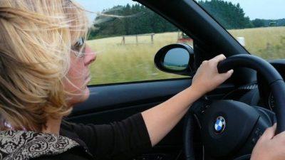 Женщина решила продать свою старую машину. Но отдала её бесплатно!