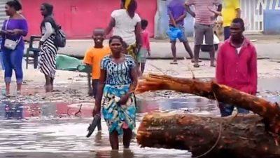71-летняя бабушка прошла с тяжёлым мешком почти 10 км, чтобы отдать одежду пострадавшим от циклона в Африке