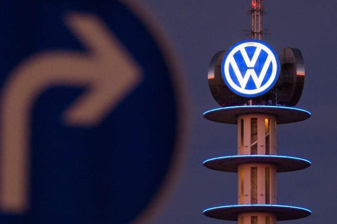 Эмблема немецкого автопроизводителя Volkswagen в Ганновере, Германия. Фото: Julian Stratenschulte/AFP/Getty Images) | Epoch Times Россия